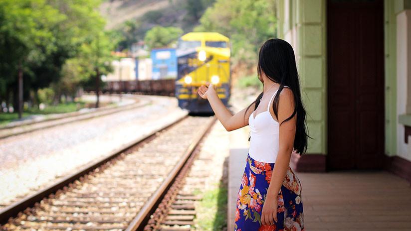 VÍDEO: Salta a la vía justo antes de que llegue el tren para asustar a sunovio
