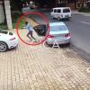 VÍDEO: Querían robarle su Porsche y así fue su reacción