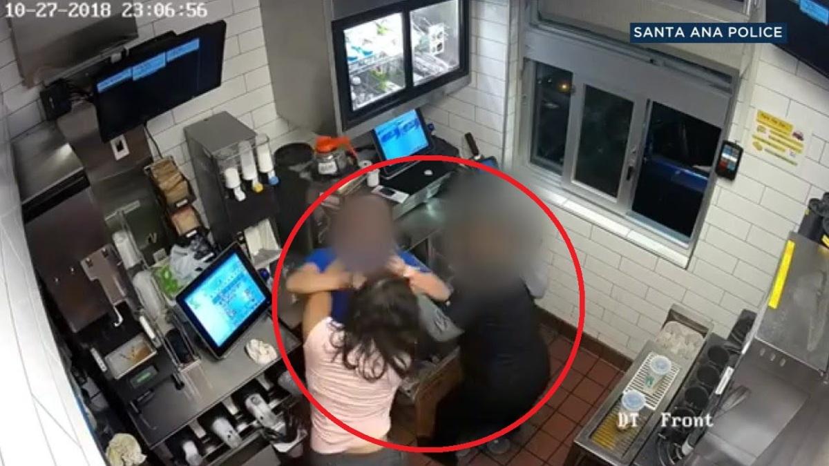 VÍDEO: Mujer irrumpe en un McDonald's y ataca al gerente por falta dekétchup