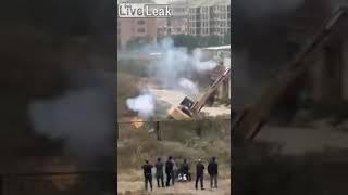 VÍDEO: Hombre tumba con fuegos artificiales la excavadora que trataba de demoler su casa enChina